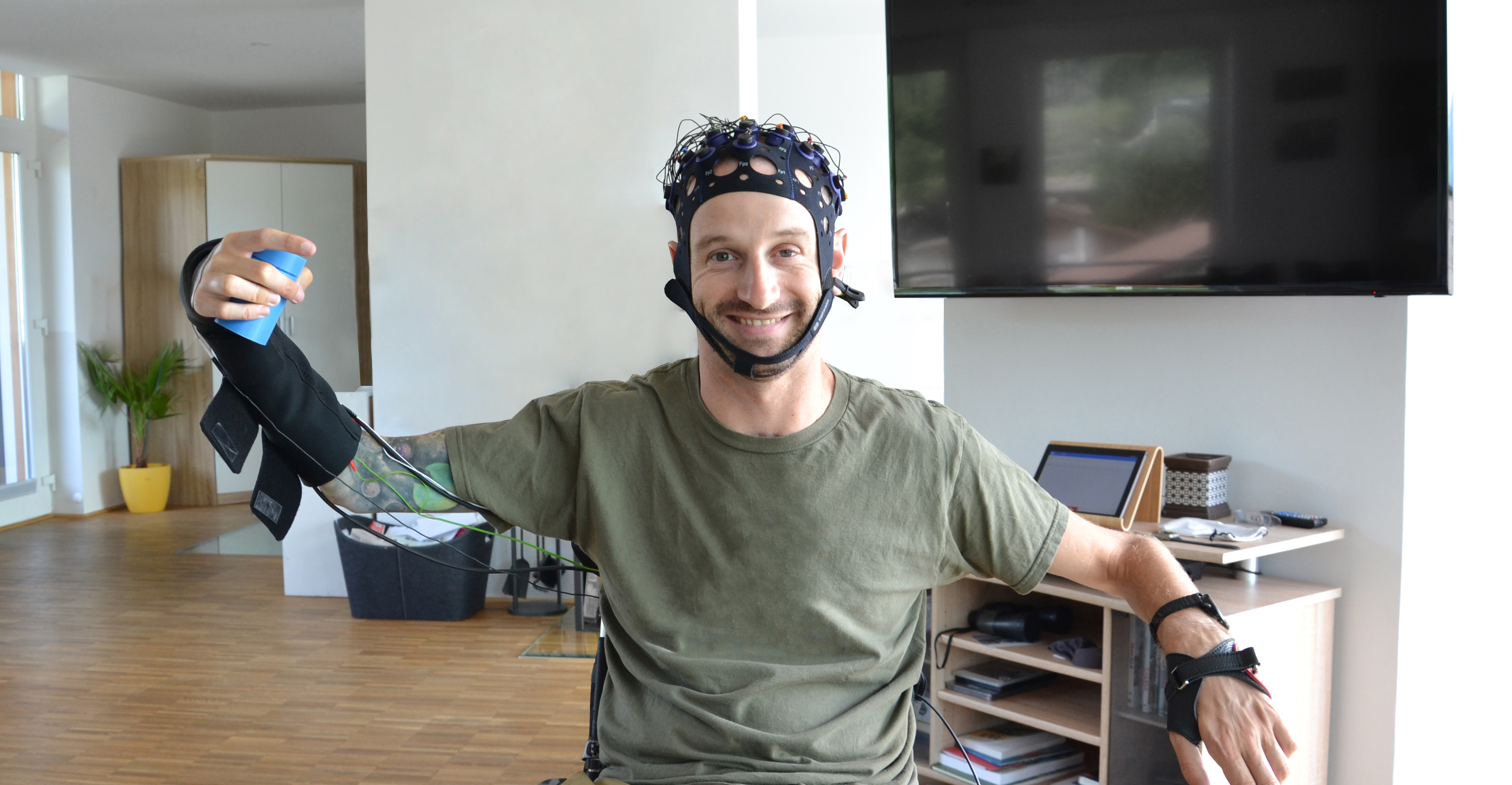 Man with spinal cord injury that can grasp objects again thank to a brain-computer interface developed under the MoreGraso Project