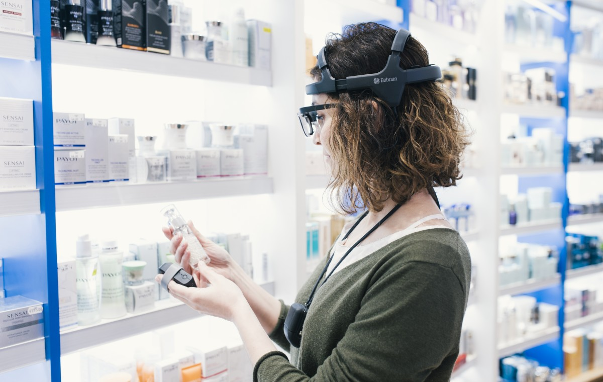 Person who has a neuromarketing study with neuromarketing techniques such as eeg, eye tracking, gsr and ecg in a supermarket