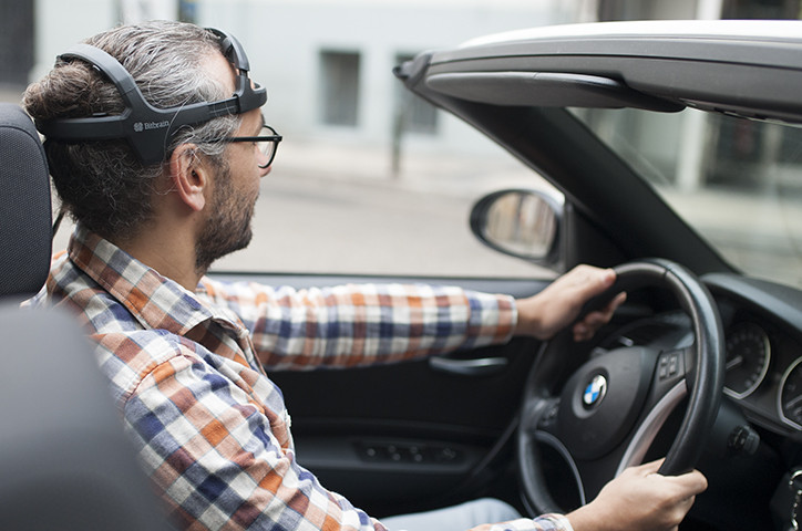 Conductor viste sistema eeg de forma natural que mejora la conducción y la seguridad con la tecnología brain-to-vehicle