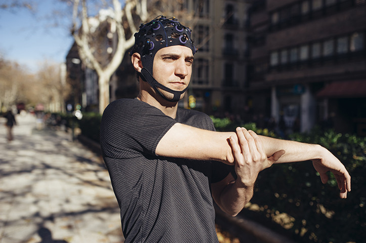 Deportista con neurotecnología y biometría que registra múltiples señales fisiológicas y cerebrales con eeg wearable y wireless