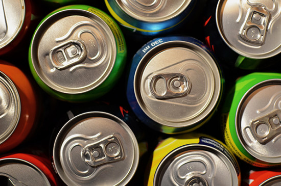 Latas de refresco utilizadas durante una evaluación de packaging mediante técnicas de neuromarketing